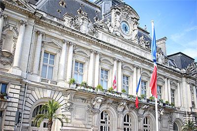 L'Hôtel de ville de Tours au lendemain de l'Attentat du 14 juillet à Nice. Les drapeaux sont en berne, signe de deuil. Auteur : GrandCelinien. (Licence CC BY-SA 3.0)