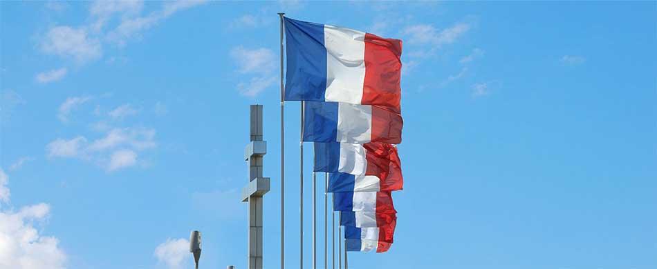 Drapeaux français flottant au vent